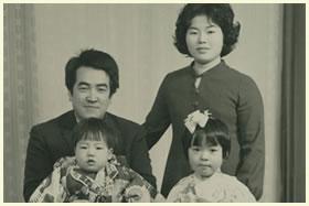 1歳当時家族と